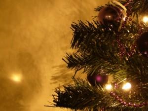 Postal: Árbol de Navidad con decoración morada