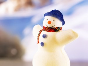 Muñeco de nieve con sombrero azul