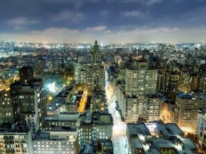 Una ciudad con las luces encendidas