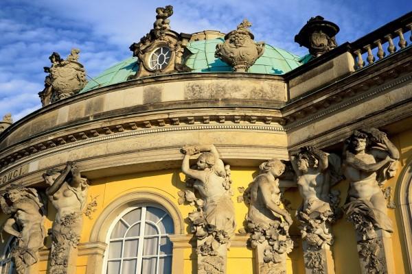Varias estatuas en la fachada del edificio