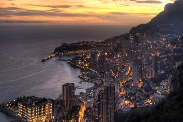 Ciudad costera vista al anochecer