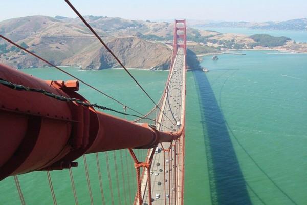 Vista aérea de los vehículos sobre el puente