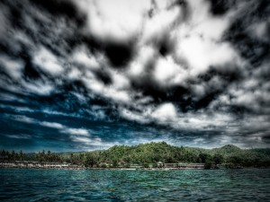 Grandes nubes en un lugar tropical