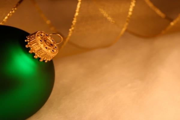 Bola verde con cordón dorado