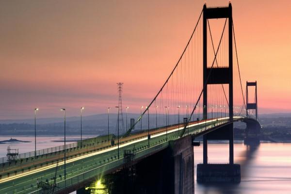 Largo puente bien iluminado