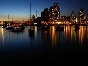 Las luces de la ciudad reflejadas en el mar
