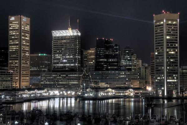Edificios financieros cerca del puerto