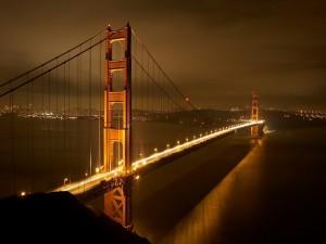 La luz del puente reflejada en el agua