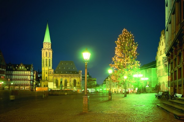 Noche en la plaza de una antigua ciudad
