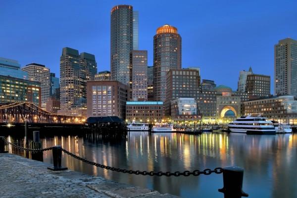 Barcos en la ciudad al amanecer