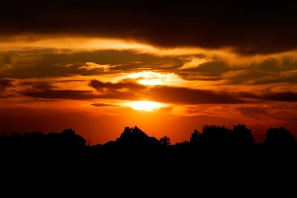 Cielo naranja y tierra en sombra