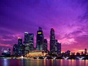 Postal: Cielo púrpura en la noche de la ciudad