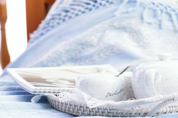 Bandeja con azucarero sobre la cama
