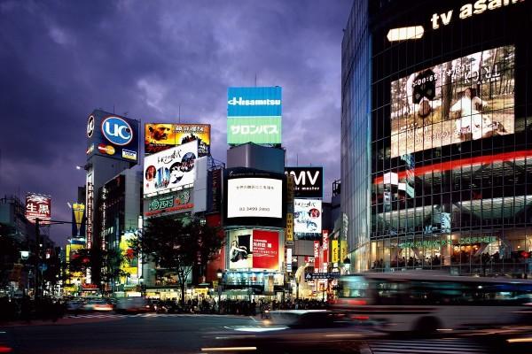Carteles luminosos en Tokio