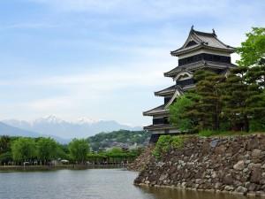 El Castillo Matsumoto y las montañas nevadas