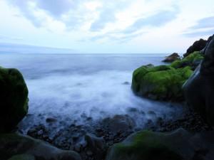Rocas verdes en la costa