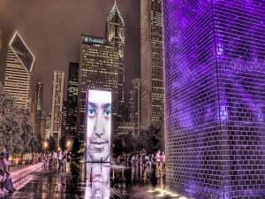 Gente paseando por la noche en la ciudad