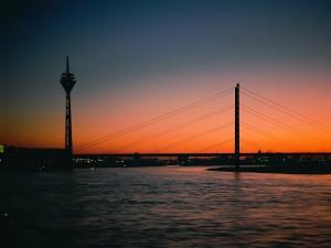 Un puente en la llegada de la noche