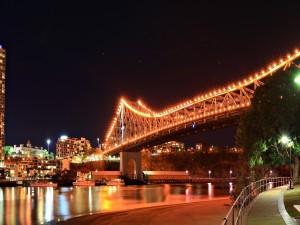 Un puente con muchas luces encendidas