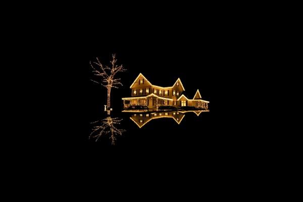 Casa y árbol con luces de Navidad