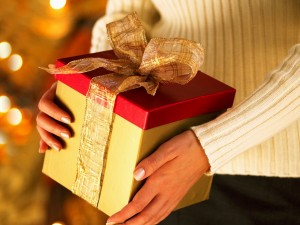 Postal: Regalo de Navidad en las manos