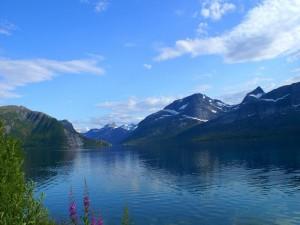 Postal: Un gran lago, montañas y cielo despejado
