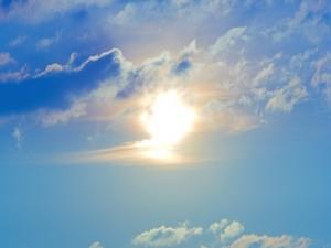 Postal: El sol en el cielo azul