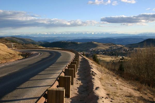 Carretera con vista a las montañas