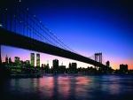 Un largo puente poco iluminado