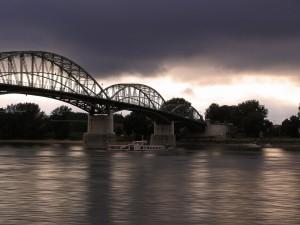 Barco bajo el puente