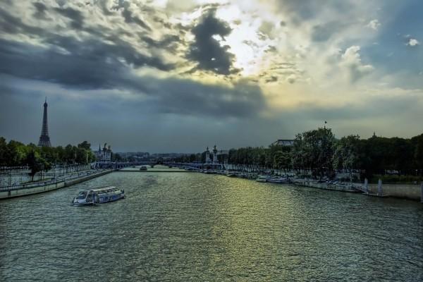 Barcos en el río Sena, París