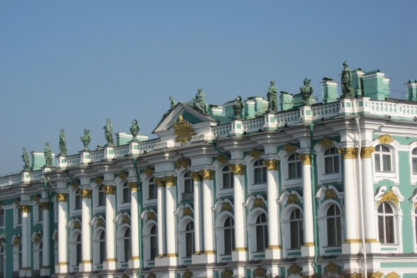Estatuas en el tejado del edificio