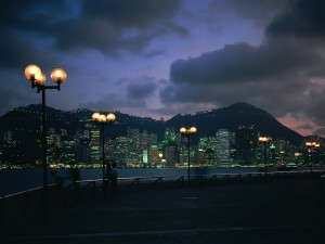 Postal: Gente contemplando la ciudad de noche