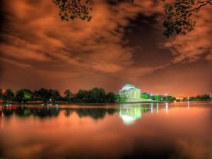 Postal: Edificio iluminado en el otro lado del lago