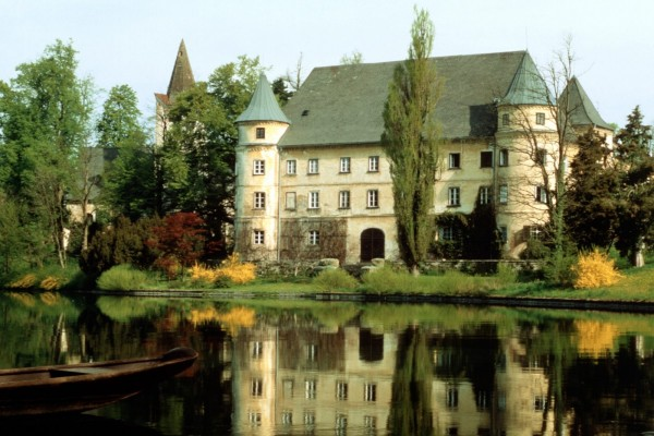 Barca de madera en el lago del pequeño castillo