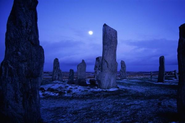 La luna sobre las Piedras de Callanish, Escocia