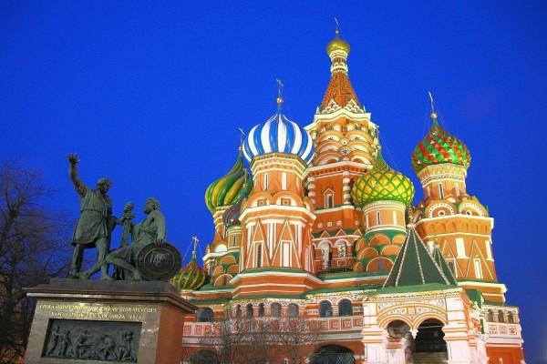 Catedral de San Basilio y la estatua de bronce en honor a Dmitri Pozharski y Kuzmá Minin