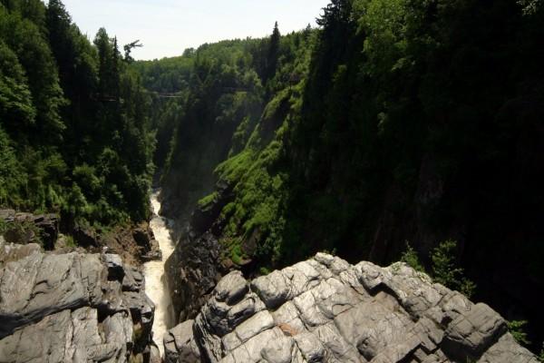 Vista de un puente colgante sobre el río