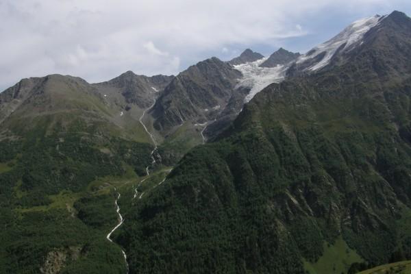 El agua cae de las montañas