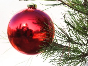 Postal: Una bola roja en el árbol de Navidad