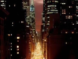 Calle muy iluminada de Nueva York