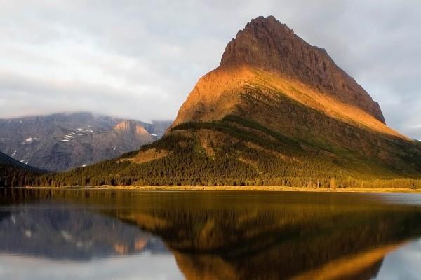 Montaña con una línea de luz solar