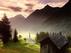 Casa de madera en el pueblo de las montañas