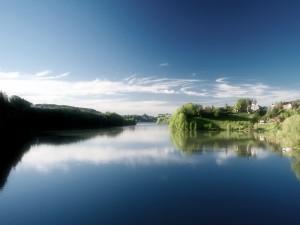 Pueblo en la orilla del río
