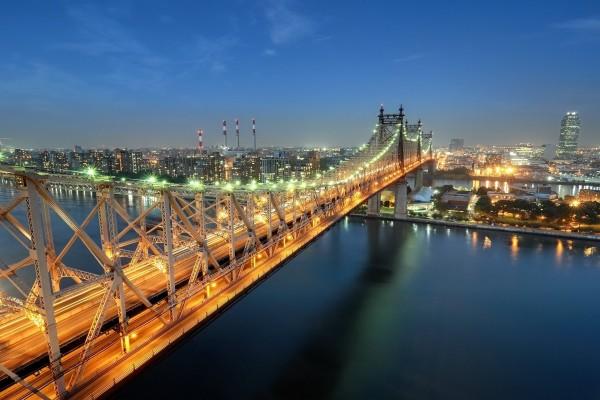 Vista del puente iluminado