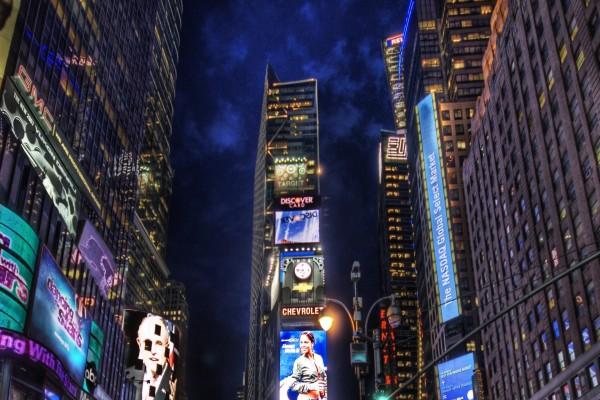 Publicidad luminosa en la ciudad