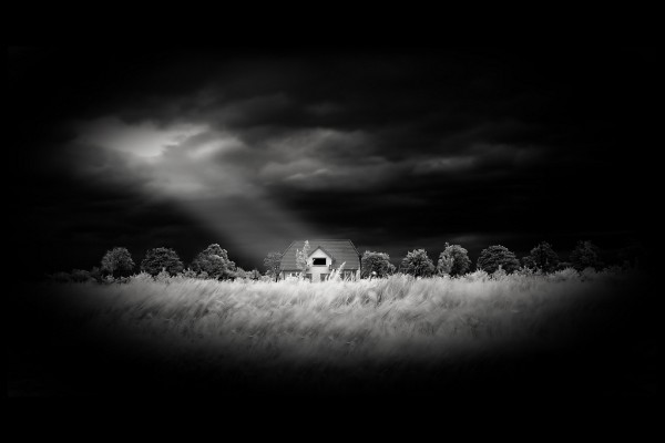 Casa rodeada de oscuridad