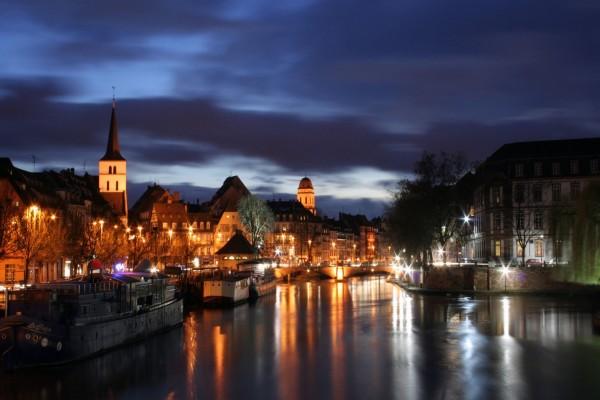 Barcos en el río por la noche