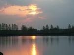 La luz del sol reflejada en el lago