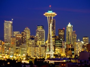 Postal: La torre Space Needle iluminada, Seattle